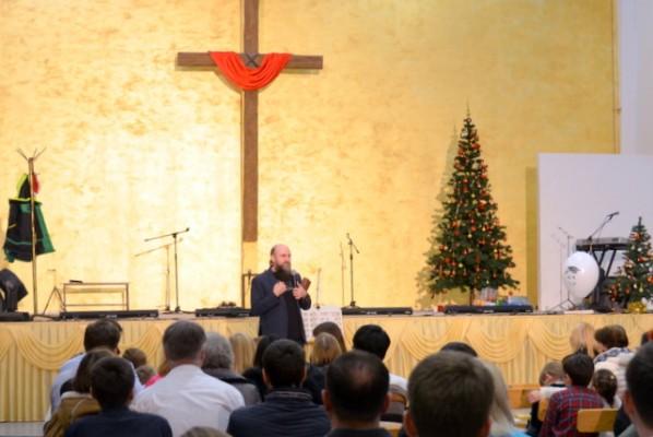 На данный момент в церкви хвеп благая весть г нновгорода, более 300 человек
